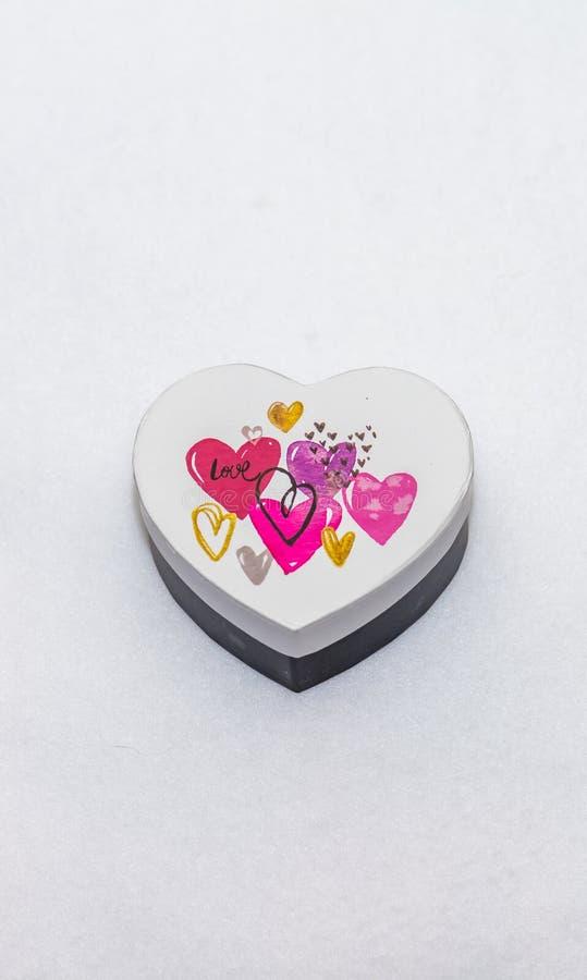 Un boîte-cadeau en forme de coeur photo stock