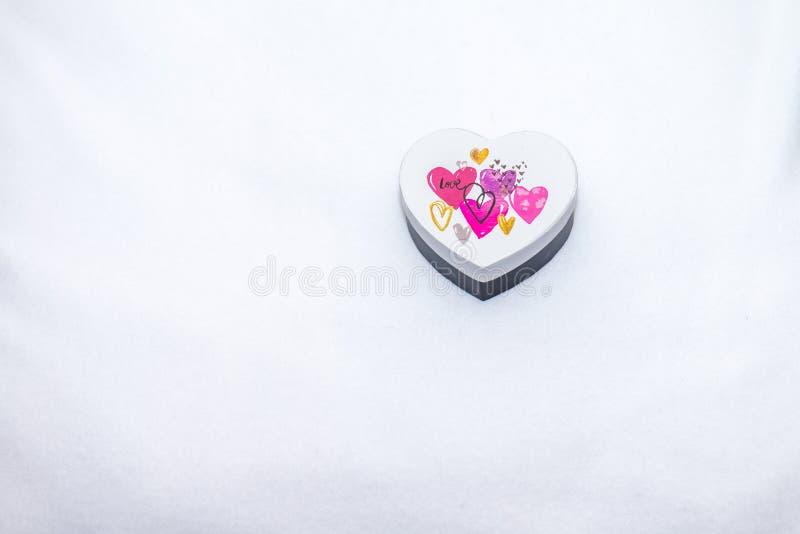 Un boîte-cadeau en forme de coeur images libres de droits