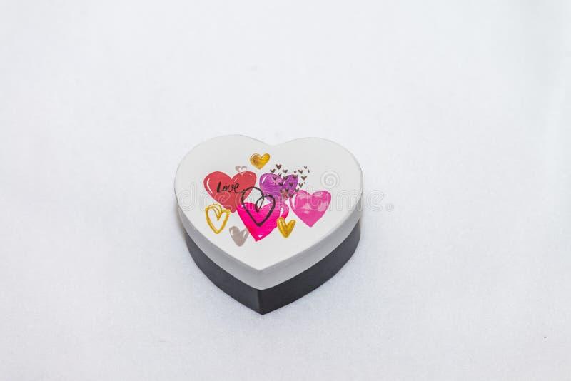 Un boîte-cadeau en forme de coeur image libre de droits