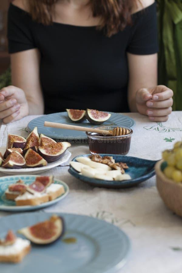 Un bocado sabroso: placas del queso del sulguni, de las rebanadas del higo y de los bocadillos del pan blanco imágenes de archivo libres de regalías