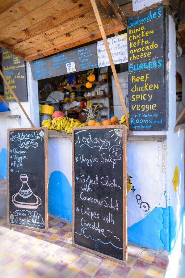 Un bocado y un bar de zumos en la resaca y el pueblo pesquero, Agadir, Marruecos de Taghazout imágenes de archivo libres de regalías