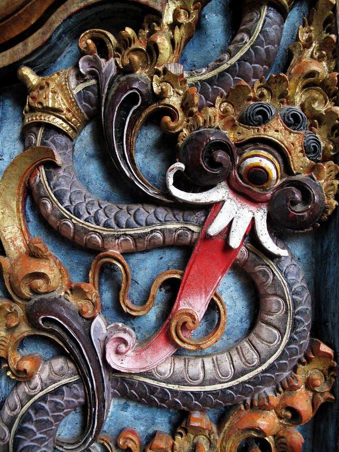 Un bois traditionnel antique a découpé le modèle avec une peinture colorée photo libre de droits