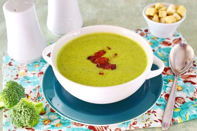 Un bol d'une soupe crémeuse à brocoli avec le lard croquant Nourriture saine Concept sain de consommation image stock
