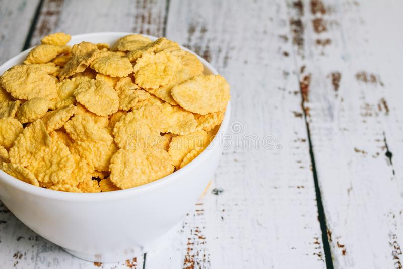 Un bol de cornflakes au bord de la table photo libre de droits