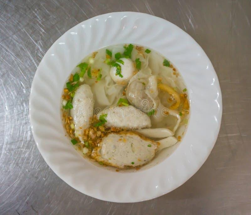 Un bol de nouille avec la variété de boules de poissons dans le style thaïlandais sur le sta image libre de droits