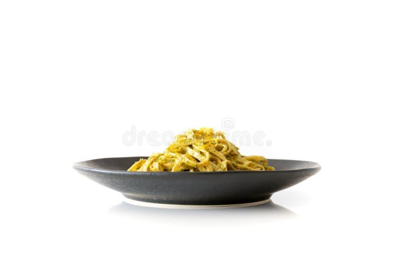 Un bol de pâtes de pesto images stock