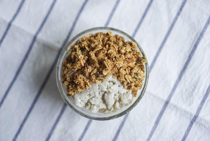 Un bol de parfait sain, granola faite maison photographie stock libre de droits