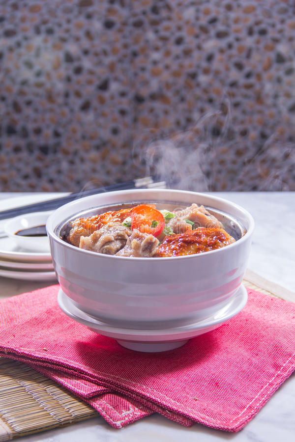 Un bol de riz avec de la viande photos stock