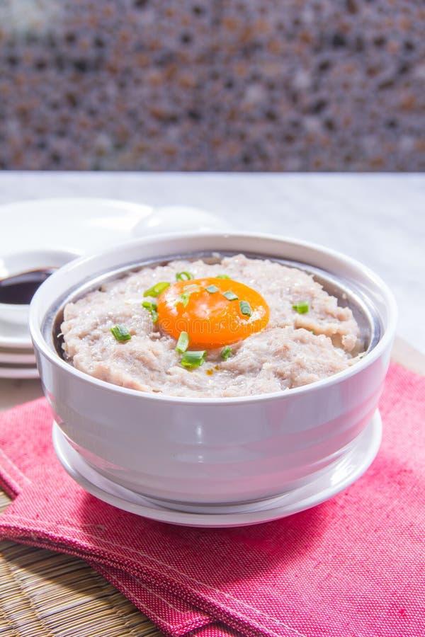 Un bol de riz avec de la viande images stock
