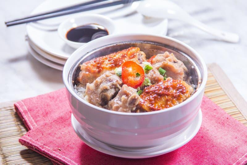 Un bol de riz avec de la viande image libre de droits