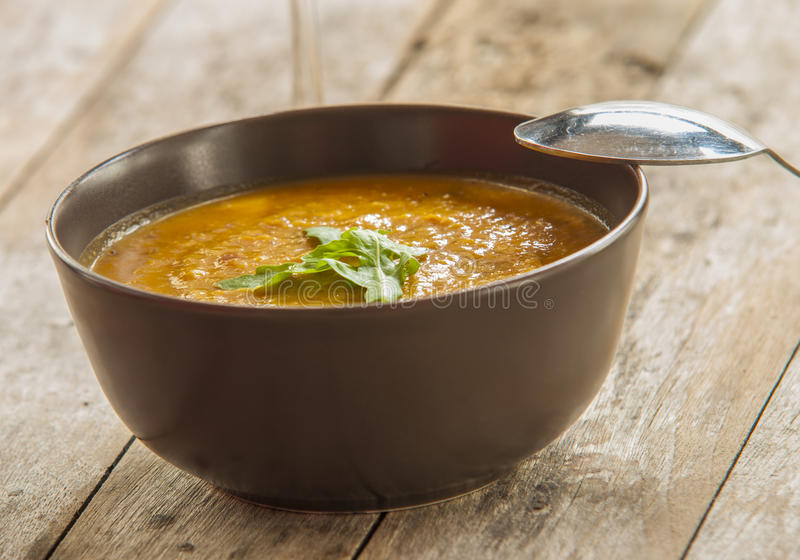 Un bol de soupe épicée à potiron, images libres de droits