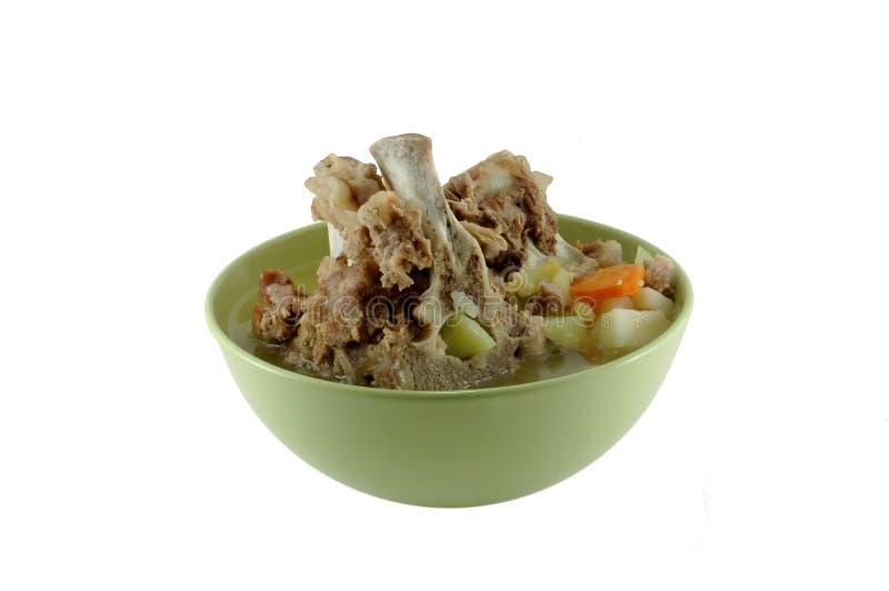Un bol de soupe avec de la viande photo libre de droits