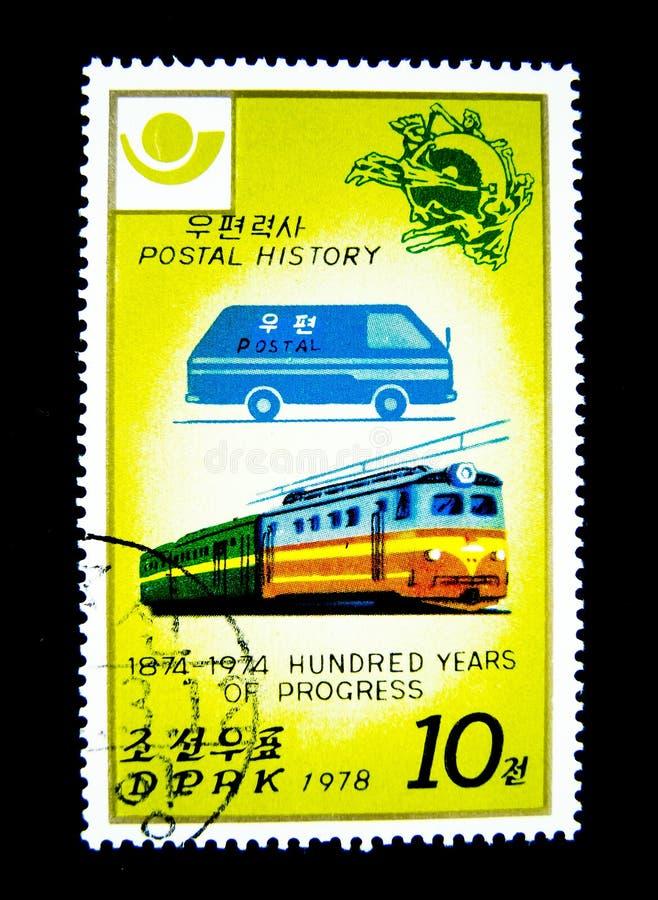 Un bollo stampato in Corea del Nord mostra un'immagine di un furgone e di un treno postali blu per la storia postale 1874-1974 ce immagine stock libera da diritti
