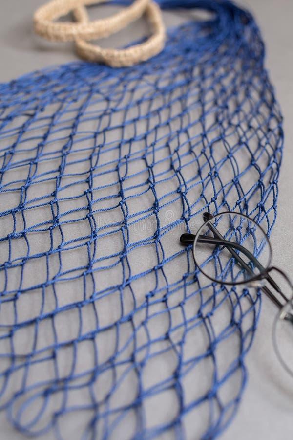 Un bolso de compras azul marino hecho a mano moderno de la cadena vacía con los vidrios negros imágenes de archivo libres de regalías