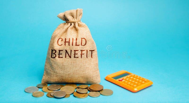 Un bolso del dinero con la ventaja y la calculadora de niño de la palabra La ayuda material publicó por el estado por niño con el fotos de archivo libres de regalías