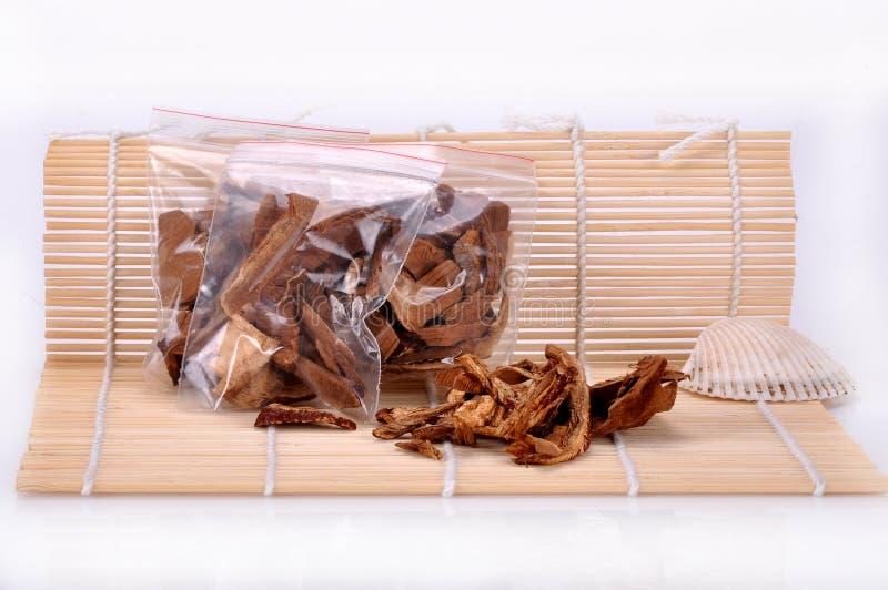 Un bolso del ganoderma cortado--una medicina china tradicional fotos de archivo libres de regalías