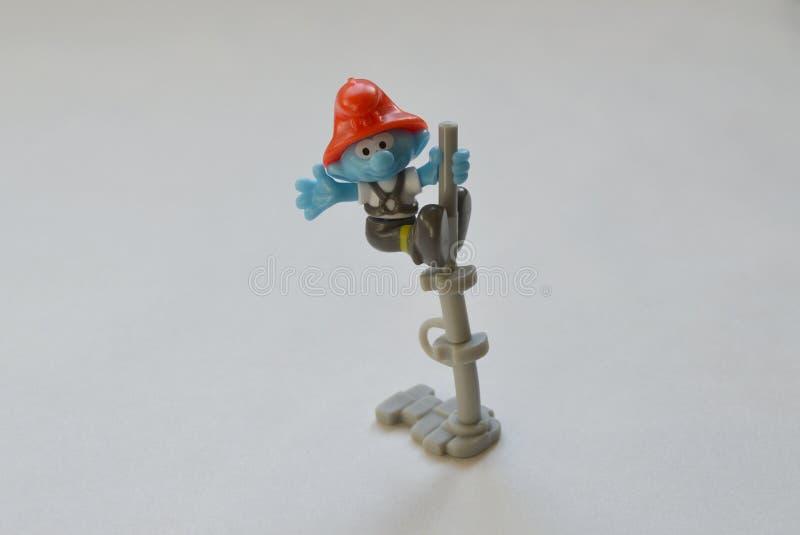 Un bombero más bueno del smurf de la sorpresa imagenes de archivo