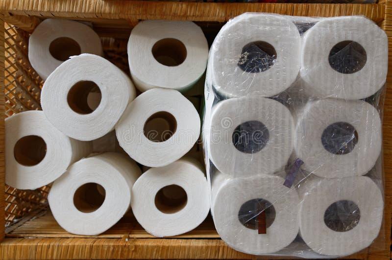 Un bon approvisionnement en rouleaux de papier hygiénique empilés vers le haut de l'attente à employer images libres de droits