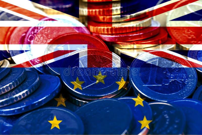 Un bon nombre d'euro pièces de monnaie avec les drapeaux du Royaume-Uni et de la Communauté européenne image stock