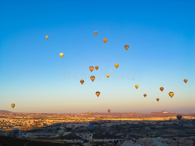 Un bon nombre de ballons à air chauds colorés volant au-dessus de Cappadocia photographie stock