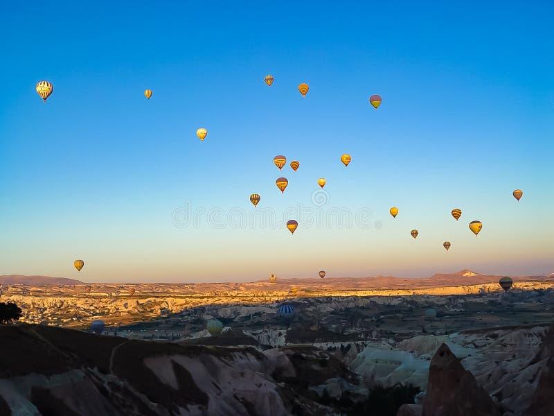 Un bon nombre de ballons à air chauds colorés volant au-dessus de Cappadocia photo stock