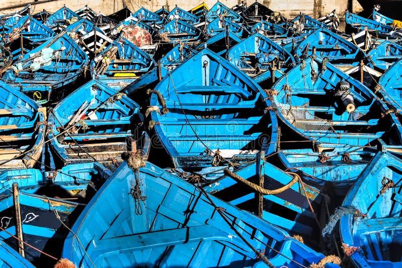 Un bon nombre de bateaux de pêche bleus dans le port d'Essaouira, Maroc images libres de droits