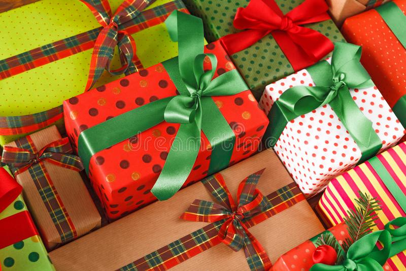 Un bon nombre de boîte-cadeau de Noël Présents modernes élégants en papier coloré Culture, fin  photographie stock libre de droits