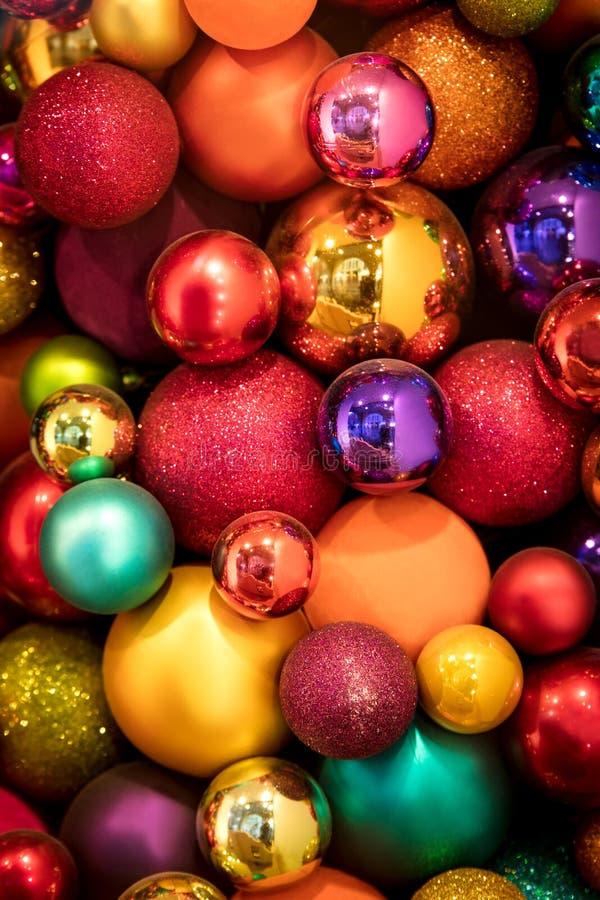 Un bon nombre de boules colorées de Noël photographie stock libre de droits