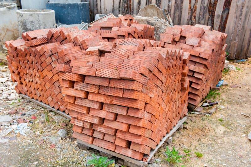 Un bon nombre de briques rouges dans la pile photo stock