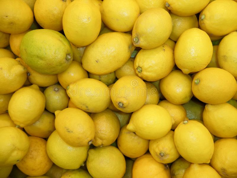 Un bon nombre de citrons frais photos libres de droits