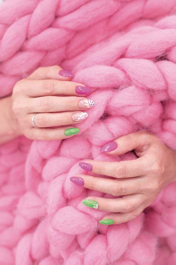 Un bon nombre de couleur annotent des mains de manucure a différentes taches image stock