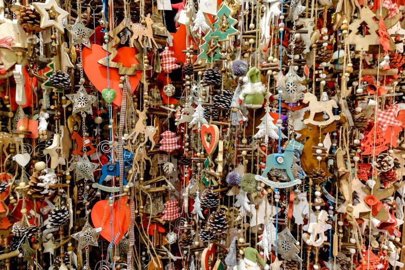 Un bon nombre de décorations de Noël accrochant au marché à Vienne, A photo stock