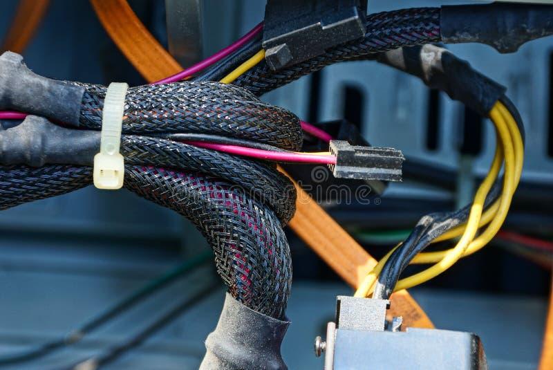 Un bon nombre de fils et de câbles dans la poussière dans l'ordinateur photographie stock libre de droits