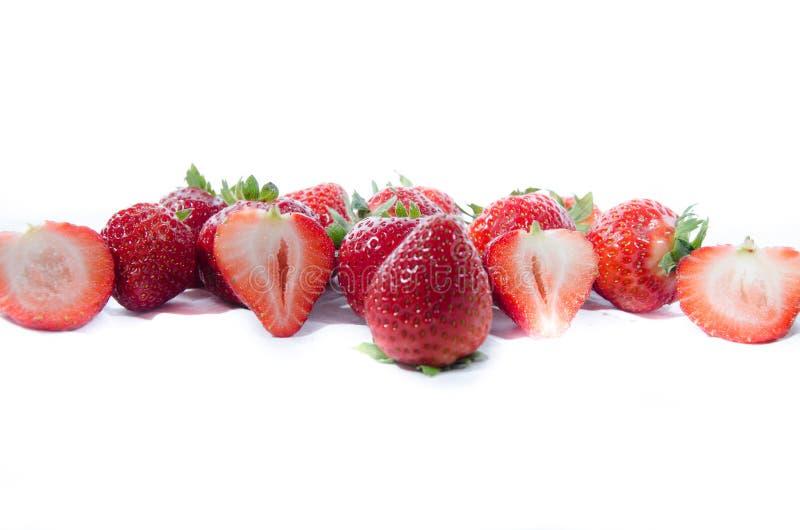 Un bon nombre de fraise douce superbe rouge ; s avec les dessus verts photo stock