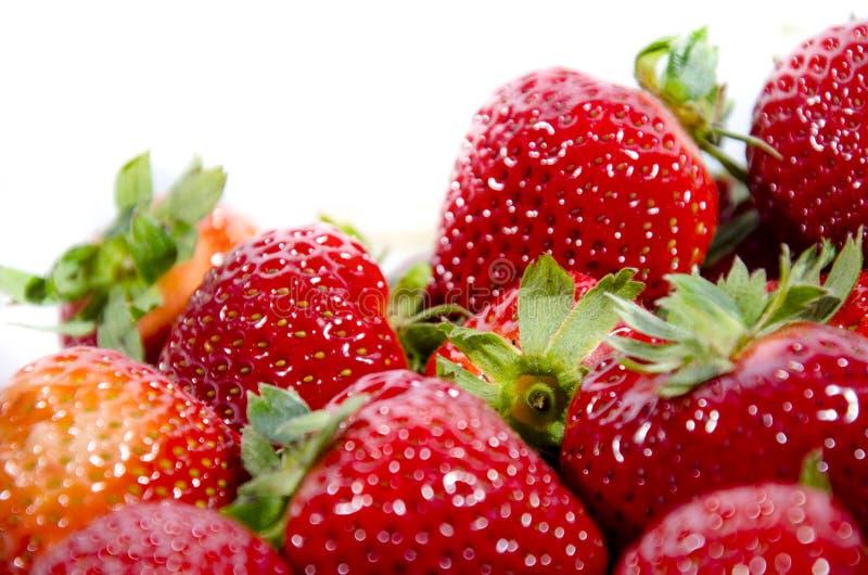 Un bon nombre de fraise douce superbe rouge ; s avec les dessus verts photos stock
