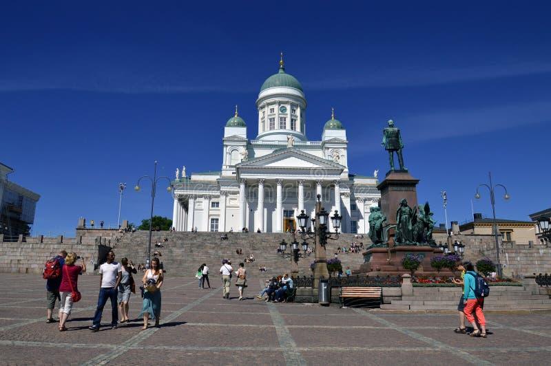 Un bon nombre de gens visitant la cathédrale de Helsinki image libre de droits