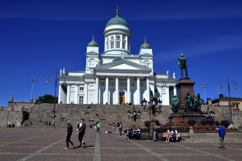 Un bon nombre de gens visitant la cathédrale de Helsinki photo stock