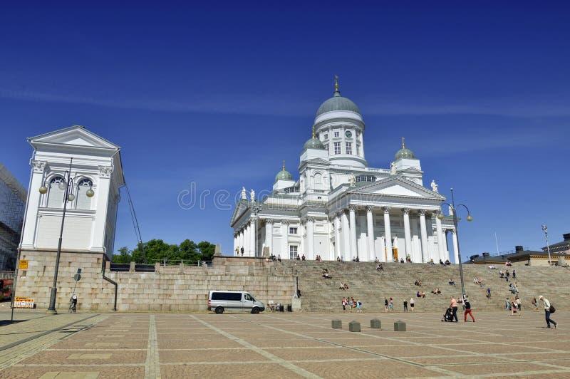 Un bon nombre de gens visitant la cathédrale de Helsinki photo libre de droits