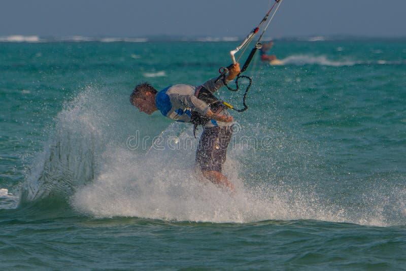 Un bon nombre de gens vont à Zanzibar pour le kitesurf tanzania images stock