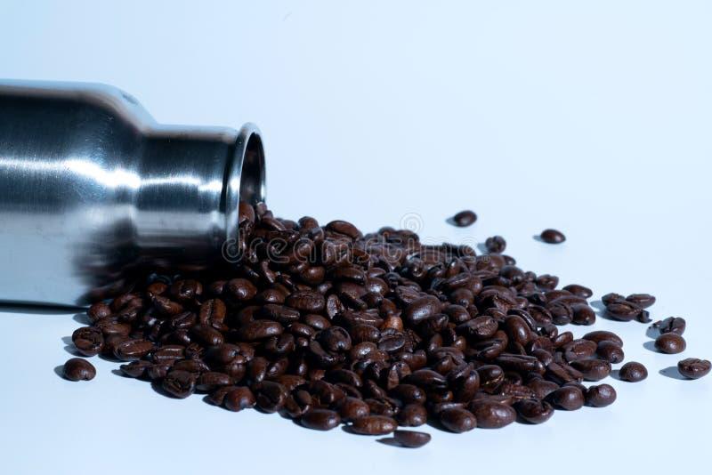 Un bon nombre de grains de café d'un thermos photo libre de droits