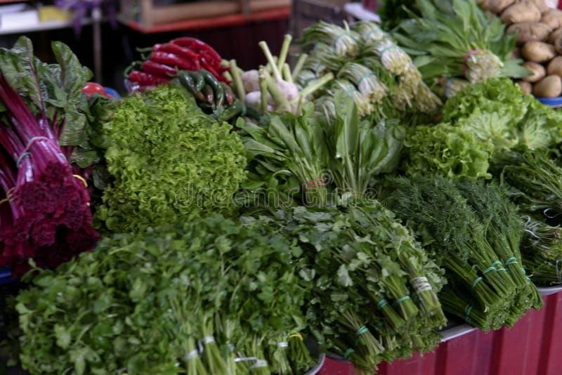 Un bon nombre de légumes sur les poivrons de laitue de concombres de tomates de table image stock