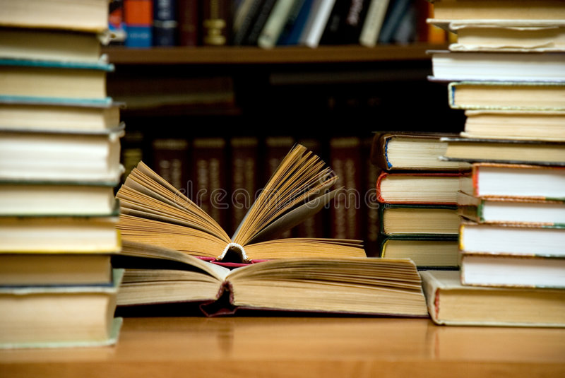 Un bon nombre de livres dans la bibliothèque. photos libres de droits