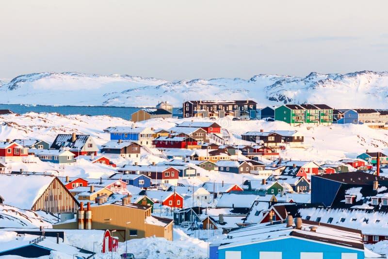 Un bon nombre de maisons d'Inuit ont dispersé sur la colline dans la ville de Nuuk couverte photos stock