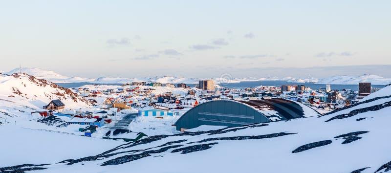 Un bon nombre de maisons d'Inuit ont dispersé sur la colline dans la ville de Nuuk couverte images libres de droits
