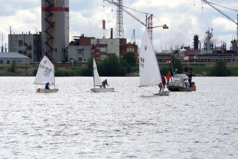 Un bon nombre de petits bateaux blancs naviguant sur le lac photo stock