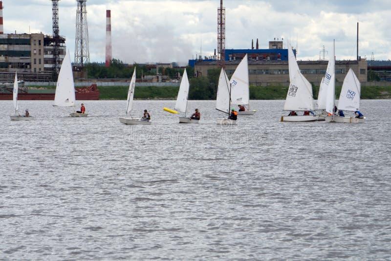 Un bon nombre de petits bateaux blancs naviguant sur le lac image libre de droits