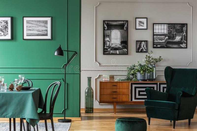 Un bon nombre de photos sur les murs d'un intérieur plat lumineux, de l'espace ouvert avec une vie et d'une salle à manger Photo  photo stock