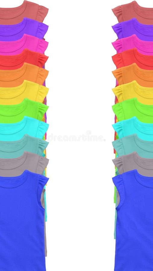 Un bon nombre de T-shirts coloré d'isolement sur le blanc image stock