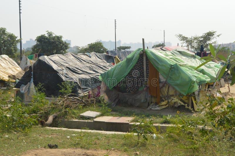 Un bon nombre de tentes dans les taudis images libres de droits