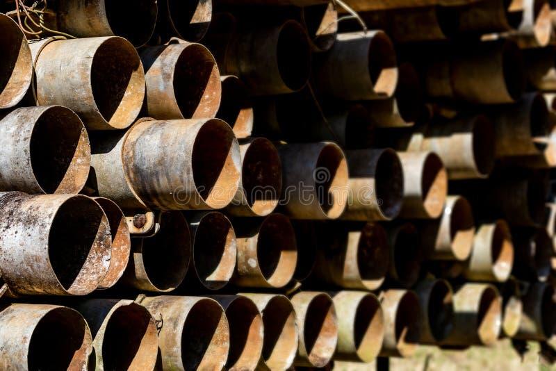 Un bon nombre de tube en métal se rouillant dans la perspective image libre de droits